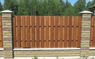 Строим забор из дерева своими руками