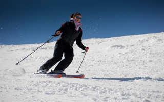 Катание на лыжах по белому снегу