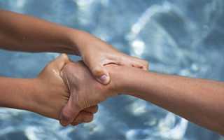 К чему снится спасают из воды